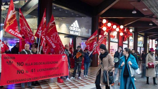 Picchetto davanti allo store Adidas di corso Vittorio Emanuele