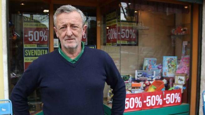 Andrea Treschi davanti al suo negozio dove ha venduto giornali e articoli di cancelleria p
