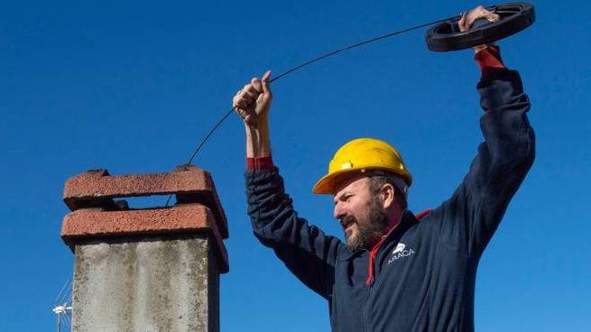 Paolo Stucchi al lavoro su un camino
