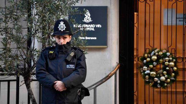 Un poliziotto davanti all'ospedale dove era ricoverato Filippo (Ansa)