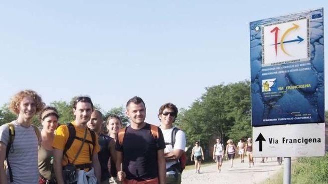 Giovani turisti sulla Via Francigena