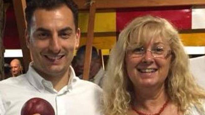 Patrizia Carpi con il leghista Jacopo Morrone alla festa delle pesche
