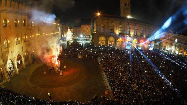 Capodanno in piazza Maggiore a Bologna con il rogo del Vecchione (Ansa)