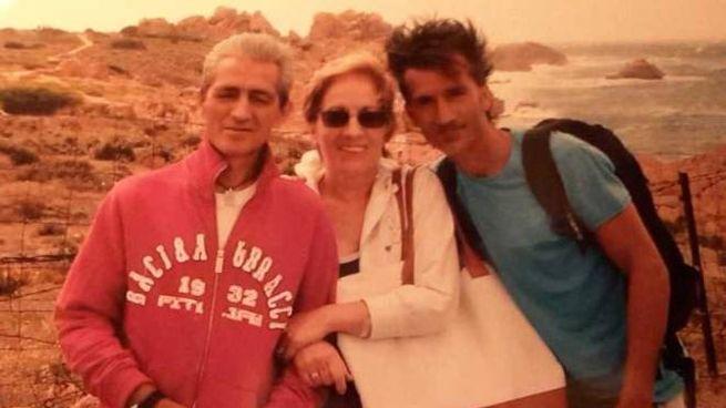 Da destra Roberto Marchitto con la madre Paola Corda e il fratello maggiore