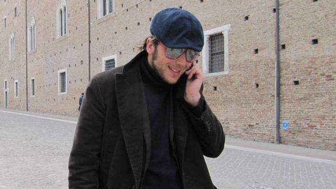Raphael Gualazzi in piazza Rinascimento a Urbino, sfida vento e freddo invernale