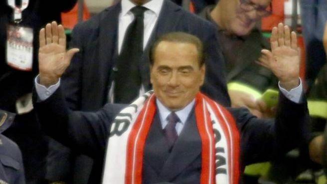 Silvio Berlusconi allo stadio Brianteo con una sciarpa biancorossa al collo