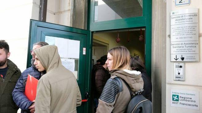 """L'ingresso dell'ambulatorio di Iseo: a """"caccia"""" del vaccino"""