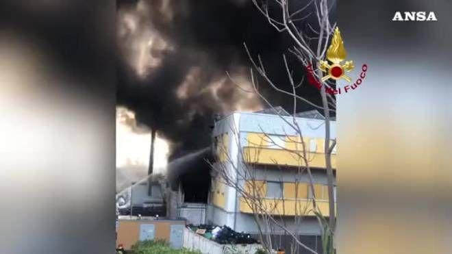 Risultati immagini per A fuoco fabbrica nel pescarese, fumo e ingenti danni