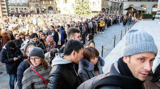 La lunga coda di turisti in piazza Duomo per entrare a vedere Santa Maria del Fiore