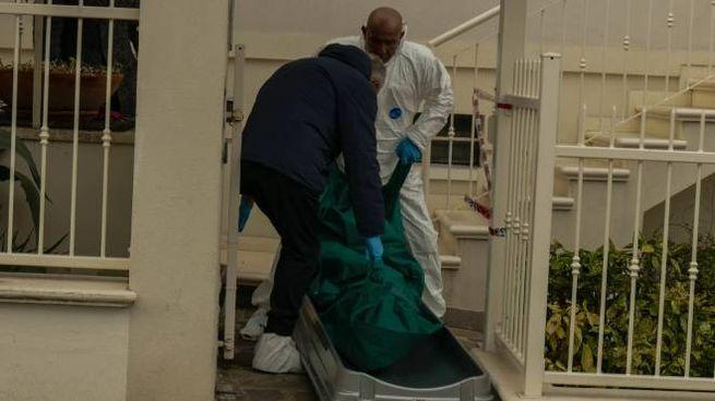Omicidio Riccione, il cadavere di Rosa Santucci viene portato fuori dalla casa (Foto Bove)