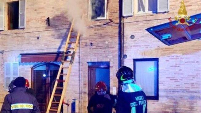 L'intervento dei vigili del fuoco nel tragico incendio