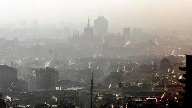 Smog e nebbia a Milano. Previsioni del tempo: ancora alta pressione (foto Ansa)