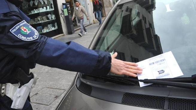 Un agent de police local inflige une amende à une voiture garée