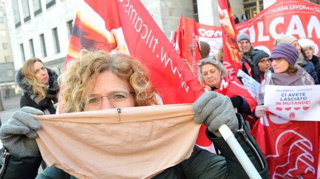 I dipendenti in presidio davanti al Palazzo di giustizia con bandiere e striscioni