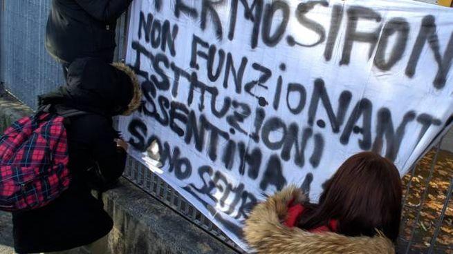 Una manifestazione di protesta contro i caloriferi mal funzionanti (Foto d'archivio)