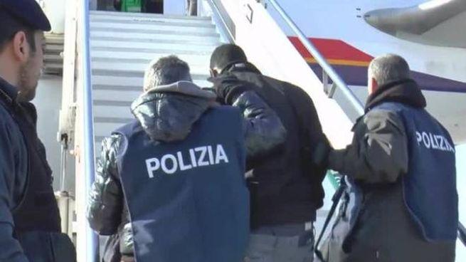 Un gruppo di migranti in attesa di essere rimpatriati (foto archivio) da parte degli