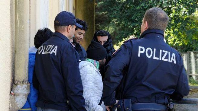 La polizia con alcuni migranti (Foto di repertorio)
