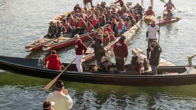 Un momento della benedizione delle barche in Darsena