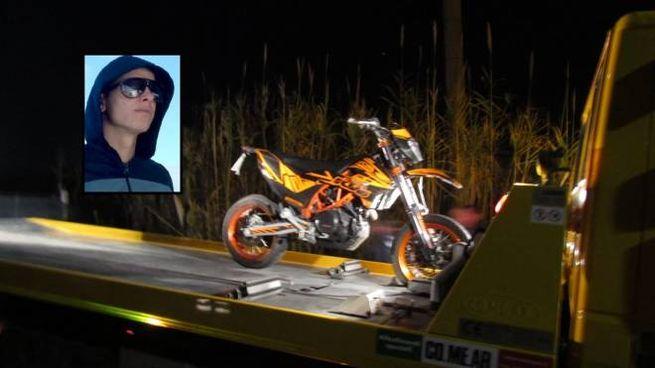 La vittima (nel riquadro) e la sua moto portata via dal carro attrezzi