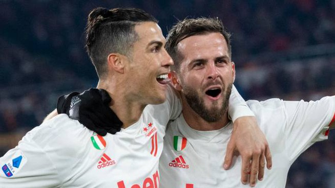 Ronaldo festeggia il 2-0 alla Roma con Pjanic (Ansa)