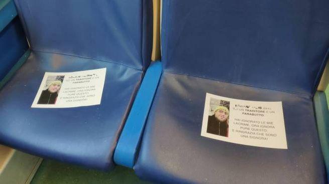 I volantini appoggiati sui sedili del treno (Foto Facebook)