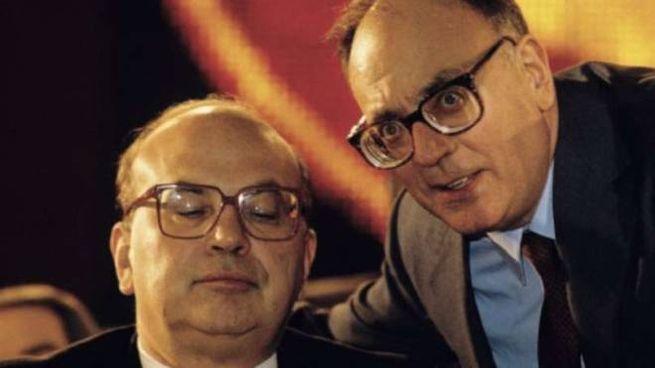 Bettino Craxi ascolta Rino Formica. L'ex ministro socialista ha oggi 92 anni