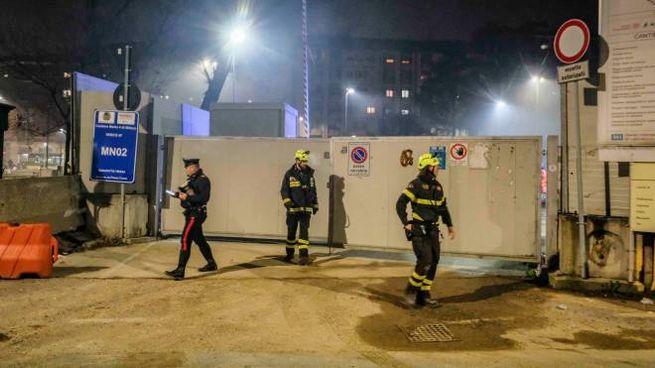 Carabinieri e vigili del fuoco al cantiere M4