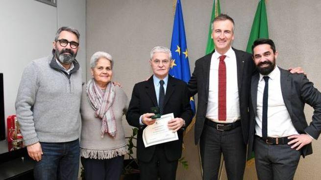 Antonio Carletti al centro, con i familiari e Alessandro Fermi