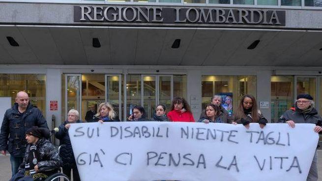 Davanti al Pirellone la protesta di alcune famiglie lombarde