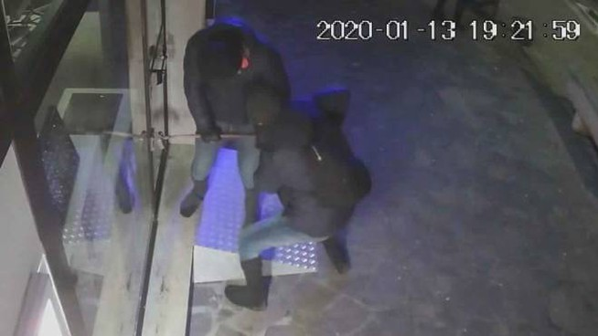 I ladri in azione ripresi da una telecamera di sorveglianza