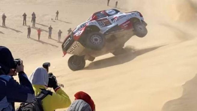 La Toyota di Alonso e Coma si ribalta due volte su una duna