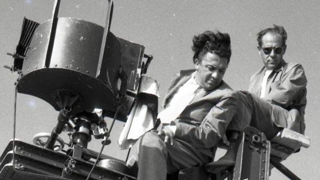 """Uno dei manifesti del centenario: Fellini sul set de """"La strada"""" (foto Mauro Penzo)"""