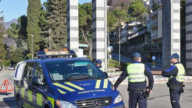 I controlli delle guardie di confine con l'ingresso di Campione nell'area dell'Ue