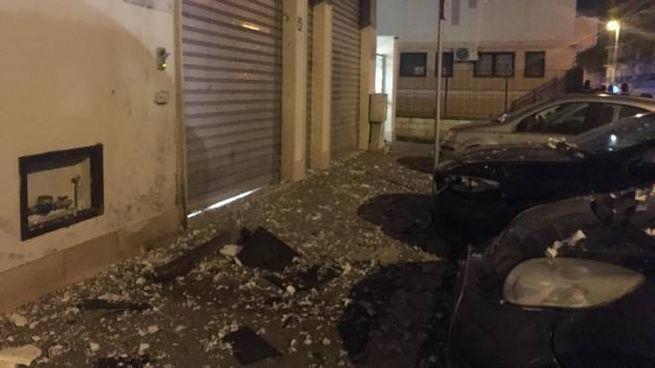 Foggia, detriti davanti al centro anziani dove è esplosa la bomba (Ansa)