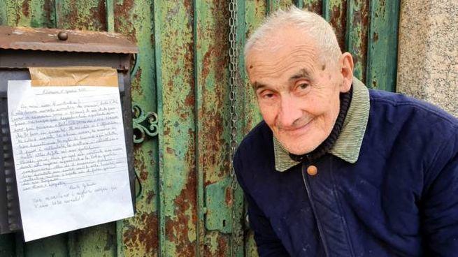 Carlo Gilardi accanto al biglietto scritto per i suoi concittadini