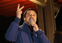 In felpa rosso Ferrari per accogliere Salvini