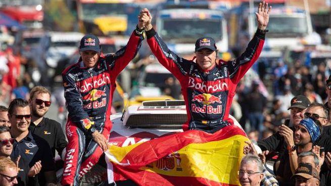 Carlos Sainz e il suo navigatore Lucas Cruz in trionfo alla Dakar (Ansa)