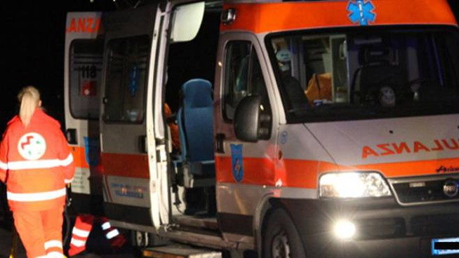 L'ambulanza ha soccorso il giovane 25enne finito sotto il treno