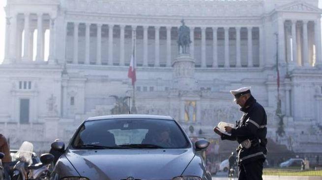 Blocco auto a Roma (Ansa)