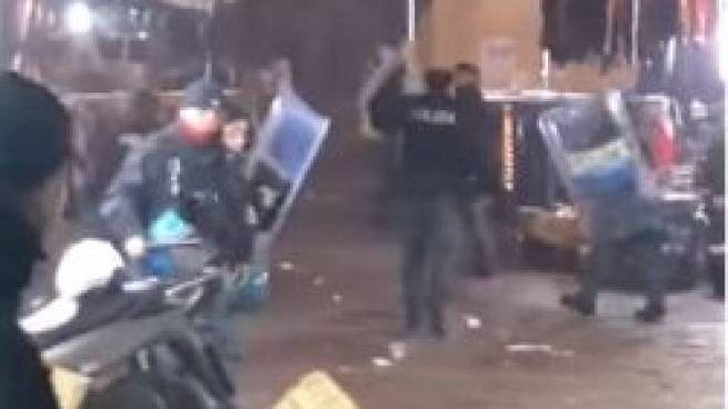 Napoli, baby gang mette in fuga i poliziotti