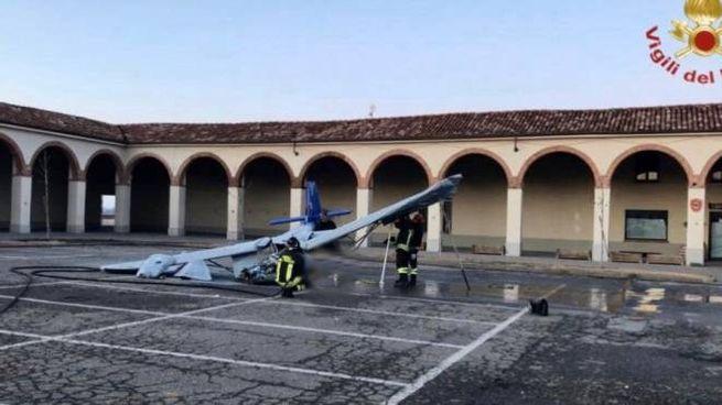 Moncalvo d'Asti, ultraleggero cade in piazza