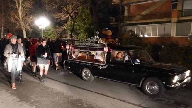 Il finto corteo funebre di sabato sera (foto Gianluca Moggi/New Press Photo)