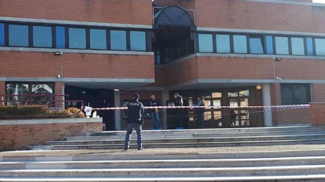 Donna si dà fuoco davanti al tribunale di Mestre (Ansa)