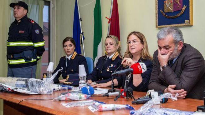 Il questore Fusiello (c), il Procuratore Curcio (dx), durante la conferenza stampa (Ansa)