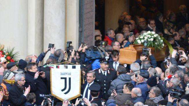 Folla per l'ultimo saluto a Pietro Anastasi