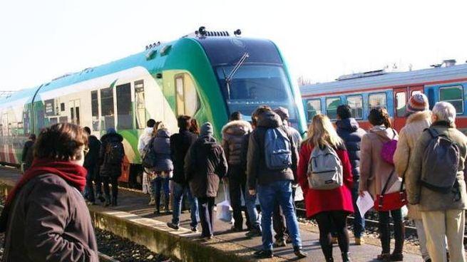 Qui a sinistra i pendolari in ritardo alla stazione di Guastalla