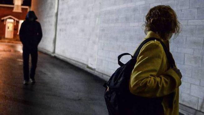 Seguita e picchiata a 15 anni in strada per zaino, soldi e giacca