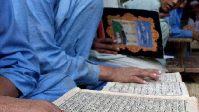 Bambini musulmani a lezione in una scuola coranica in Pakistan (foto di repertorio)