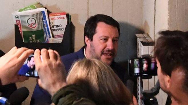"""Salvini al Pilastro di Bologna al citofono di un residente. """"Lei spaccia?"""""""
