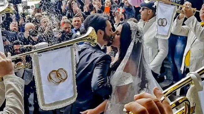Le nozze tra il cantante Tony Colombo e Tina Rispoli, vedova del boss Gaetano Marino (Ansa
